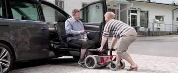 Transfert de personnes entre le fauteuil roulant et la voiture à Dax